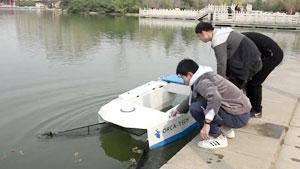 Sinh viên chế tạo tàu dọn rác nhanh gấp ba lần con người